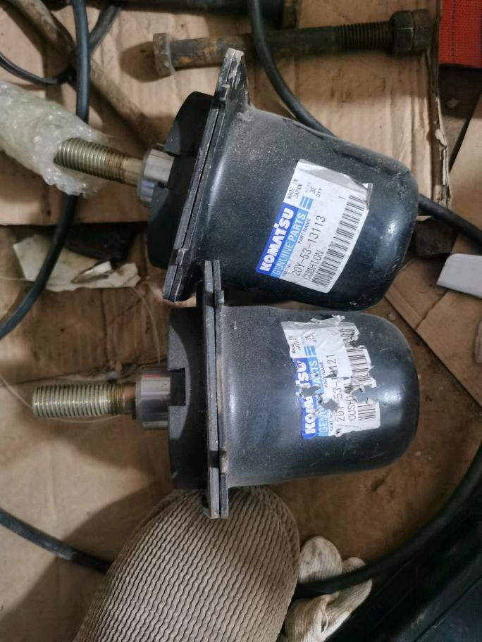小松200-8驾驶室减震器处理