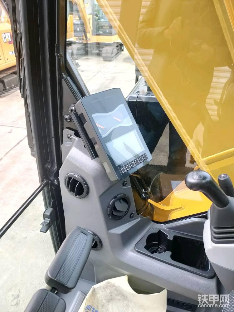 显示屏功能非常多,有各种报警画面指示。可以设置下方的快捷键,方便操作,一键切换正反手,挖机速度调节,手柄响应等等功能,收音机和空调的调节面板也在显示屏上,方便操作。