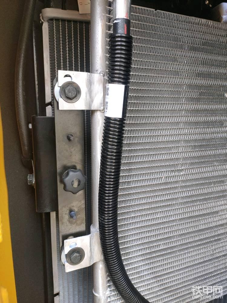 散热器的外层可以打开,方便清理散热器,液压油和冷却液散热器并列布局。