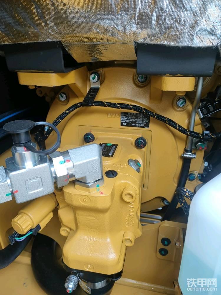 电控的液压泵,最大流量167升,采用单泵结构,相较于双泵结构,单泵有液压功率大,节省发动机功率,后期维护保养成本低的特点。