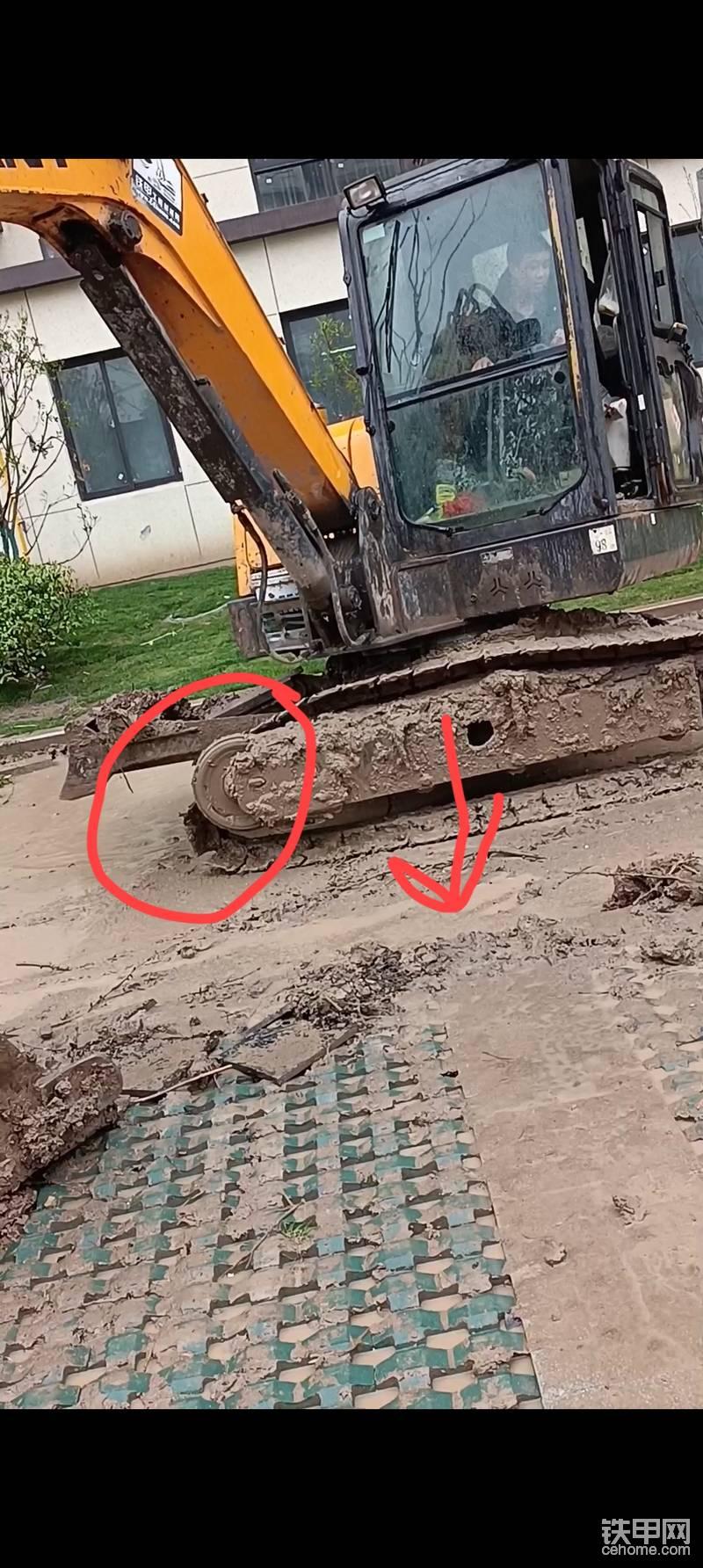 第三步:通过对比上图导向轮部分,可以看出履带多出来一部分了,因为通过单边行走,驱动齿部分多出的履带到脱轨的导向轮一边了,这个时候机子慢慢往下放,看箭头指示