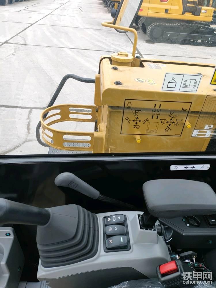 驾驶室右侧视野,有专门的黄油桶架子。