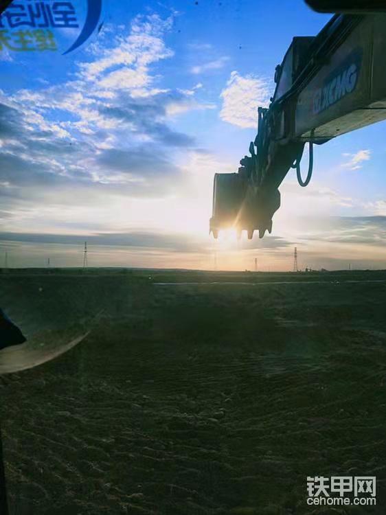 上下坡道千万条 挖机安全第一条
