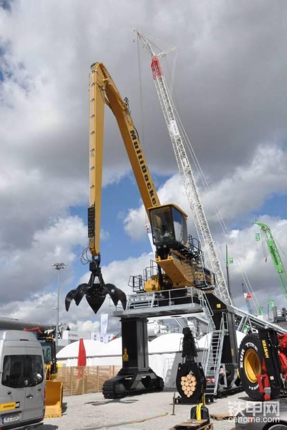 国外利勃海尔挖掘机改装的抓钢机。