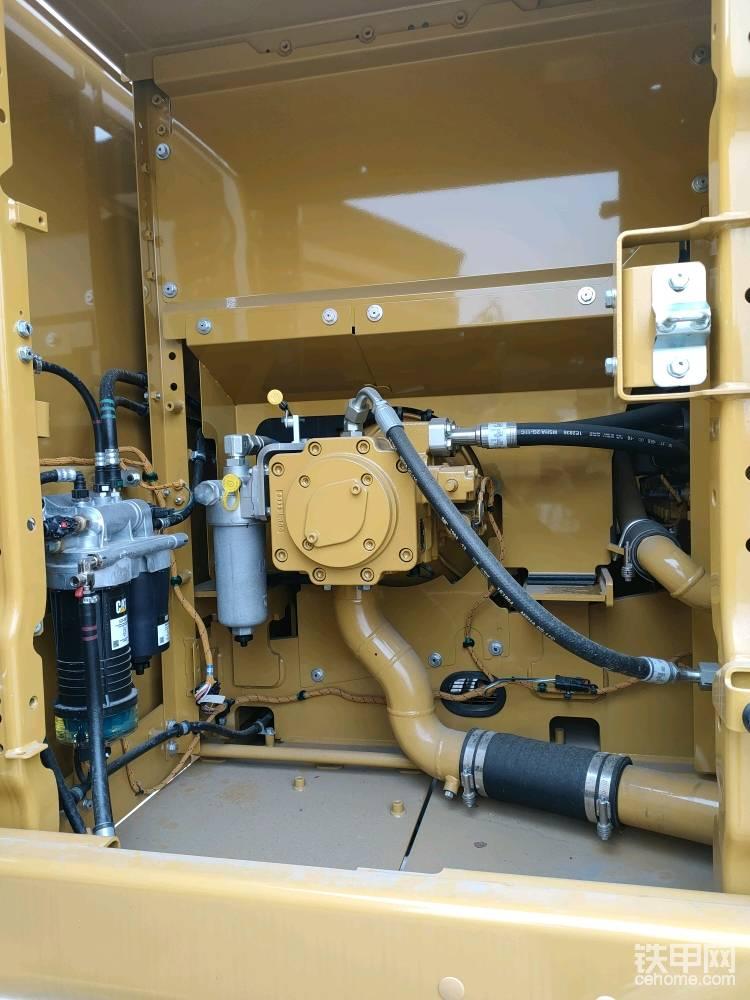 电控的串联泵,零件更少,更少的零件也代表故障率会更低 ,最大排量429升每分钟。 两级的柴油滤芯也布置在液压泵室,更换周期是1000小时,比D2系列延长了一倍,电子柴油泵,只要打开钥匙就可以工作,几分钟不启动发动机,他就会停止工作,减少了电量损失,延长了电子泵的使用寿命。 较D2系列,取消了先导滤芯,壳体排放滤芯,回油滤芯也从2000小时延长到了3000小时更换。