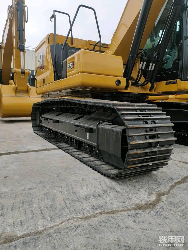 底盘采用重型结构件,有8个支重轮两个护链器,履带采用自润滑链条。