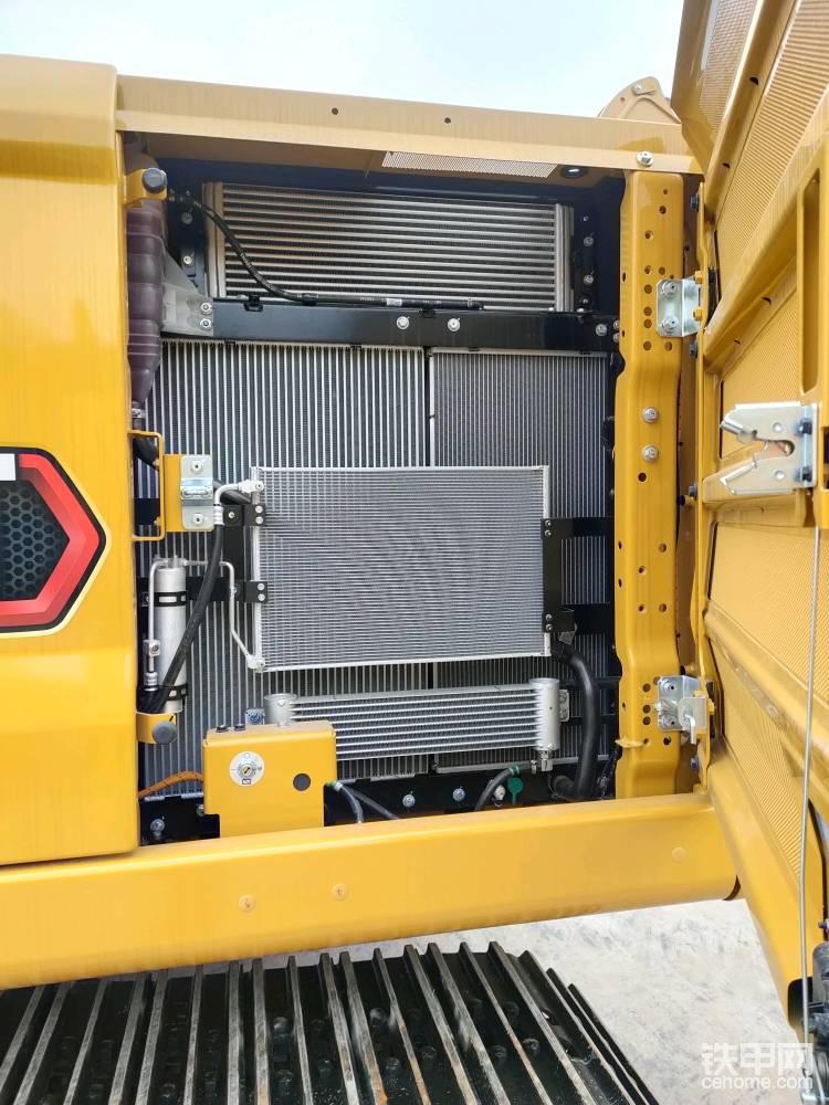 散热器采用单层布局 ,中冷、冷却液、液压油散热器并列布置,外层是空调冷凝器和柴油散热器。