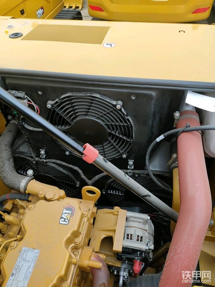 冷却采用5个电控风扇,分区独立散热,这个好处是按需散热,减少发动机动力损失,可以保证中冷,冷却液,液压油的温度都在合理的温度区间运行,保证了发动机的热效率以及液压油的流动和润滑性。标配反吹功能,可以设置成手动或自动反吹,清理散热器上的灰尘和杂物。