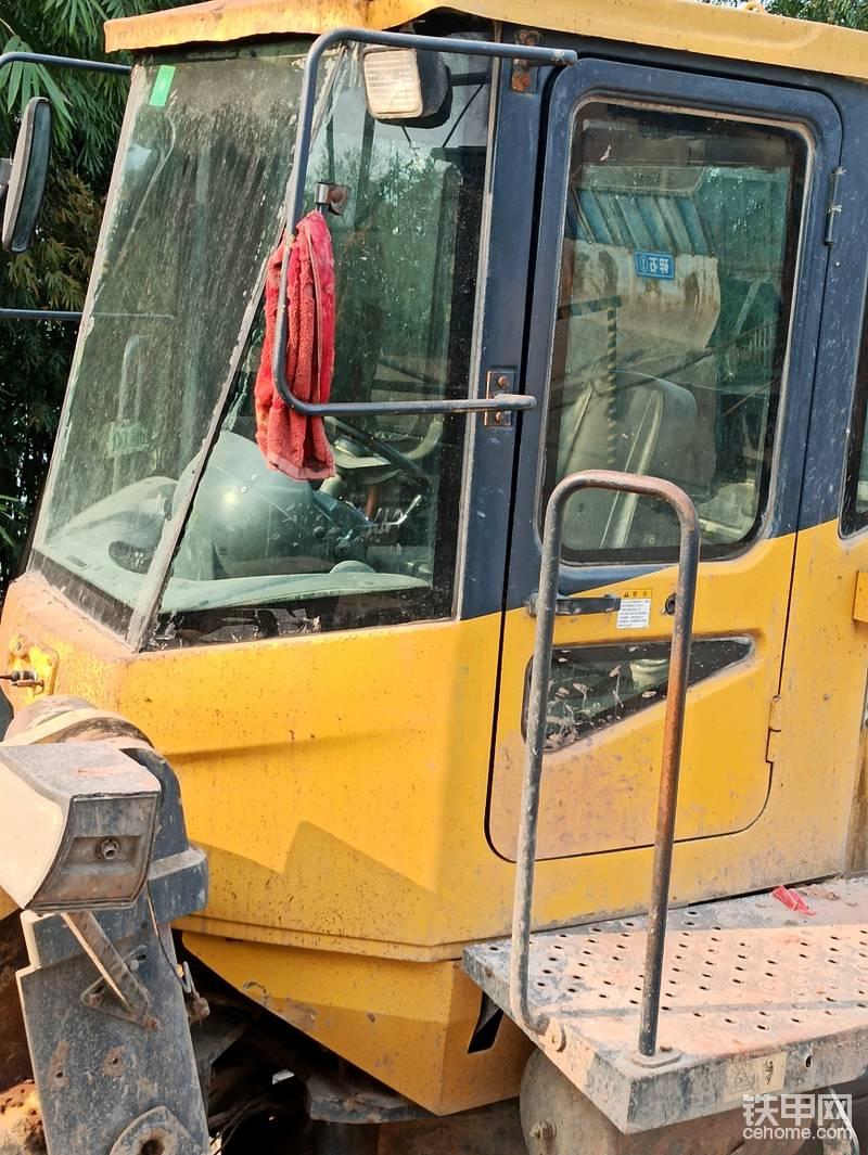 这个扶手,真没必要搞这么高。给所有厂家建议,安全条例是不准在外平台上搭乘人员的,外平台的护栏不需要太高,像这个扶手,看那个红色锈迹,那就是司机需要的最大高度,基本上和门把手一样高就行了,太高了,有时需要到前车架擦玻璃,也不方便。