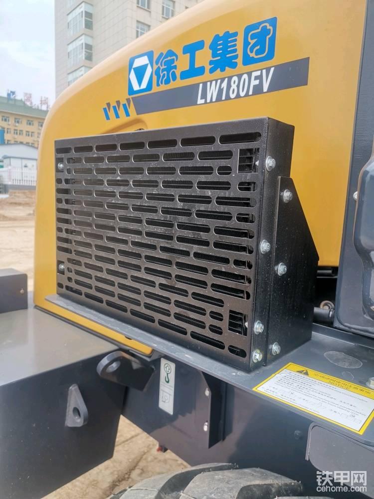 这个铲车看着有空调,这个应该是空调散热器