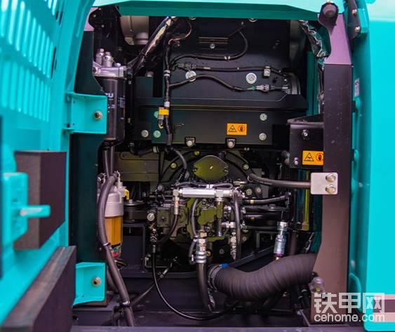 液压油、柴油滤方便更换,新型电控液压泵,两个变量活塞泵+一个齿轮泵。流量2X130+1X50升。