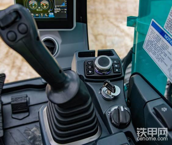 显示屏操作板上的刻度盘可以旋转选择项目,然后按下确认。新式操纵杆,响应速度更快。标配两个按钮和一个拨片,可以满足抓料夹、液压剪和旋转液压手腕等等复杂的属具的动力需求。可以看到一个手机收纳空间。还有一键启动功能。