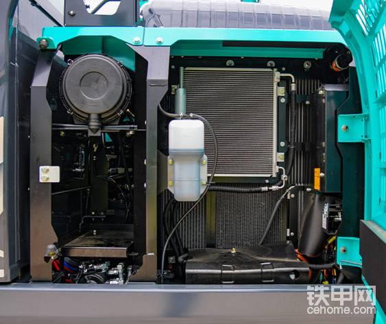 左侧(散热器和冷却系统元件)的布局便于维修散热器和冷却系统。