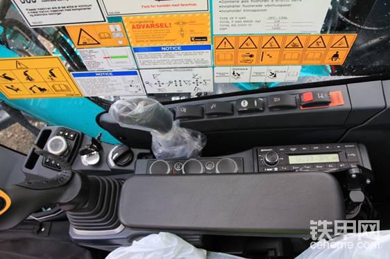 开关和表盘配有LED背光灯——它们在黑暗中提供了明亮、清晰的视野(现在没亮)。驾驶室也有LED门灯。