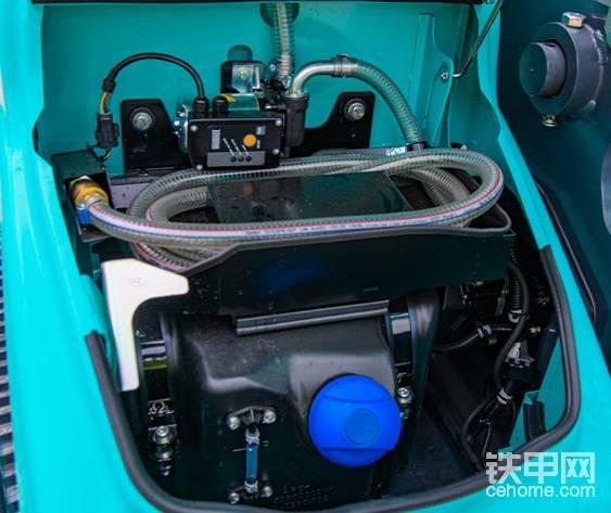 尿素箱位于原工具箱位置,容量34升。标配燃油泵,油箱容积280升。