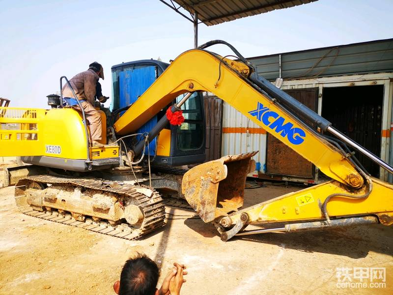 第二天就开去修理厂给人家焊大臂,顺便把铲斗的斗轴和内套换了,心累!!!