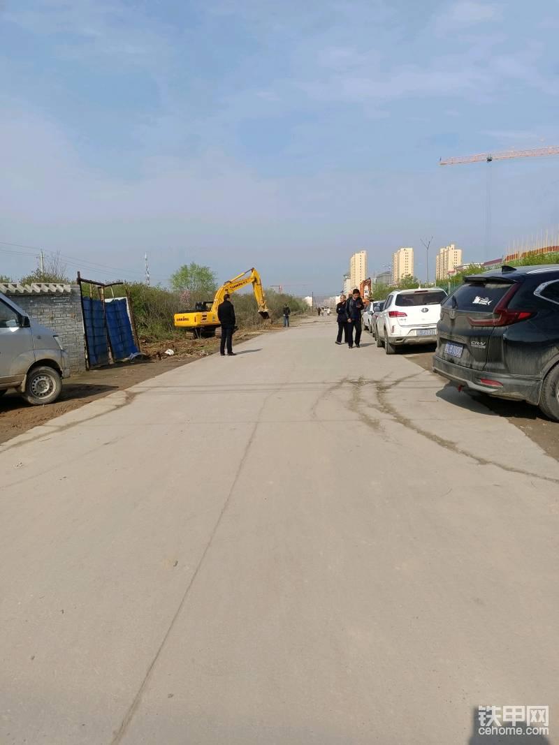 以后这里就是四十米宽的柏油公路了,拍照留念