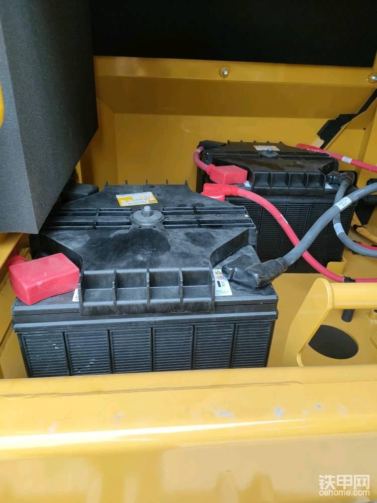 4块电瓶,可以满足机器在零下32摄氏度的冷启动。