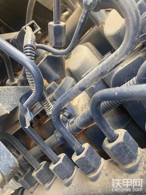 山工632d新车不到半年发动机掉漆生锈严重,全车多处生锈掉漆,掉漆处底子都是锈的,联系售后不处理