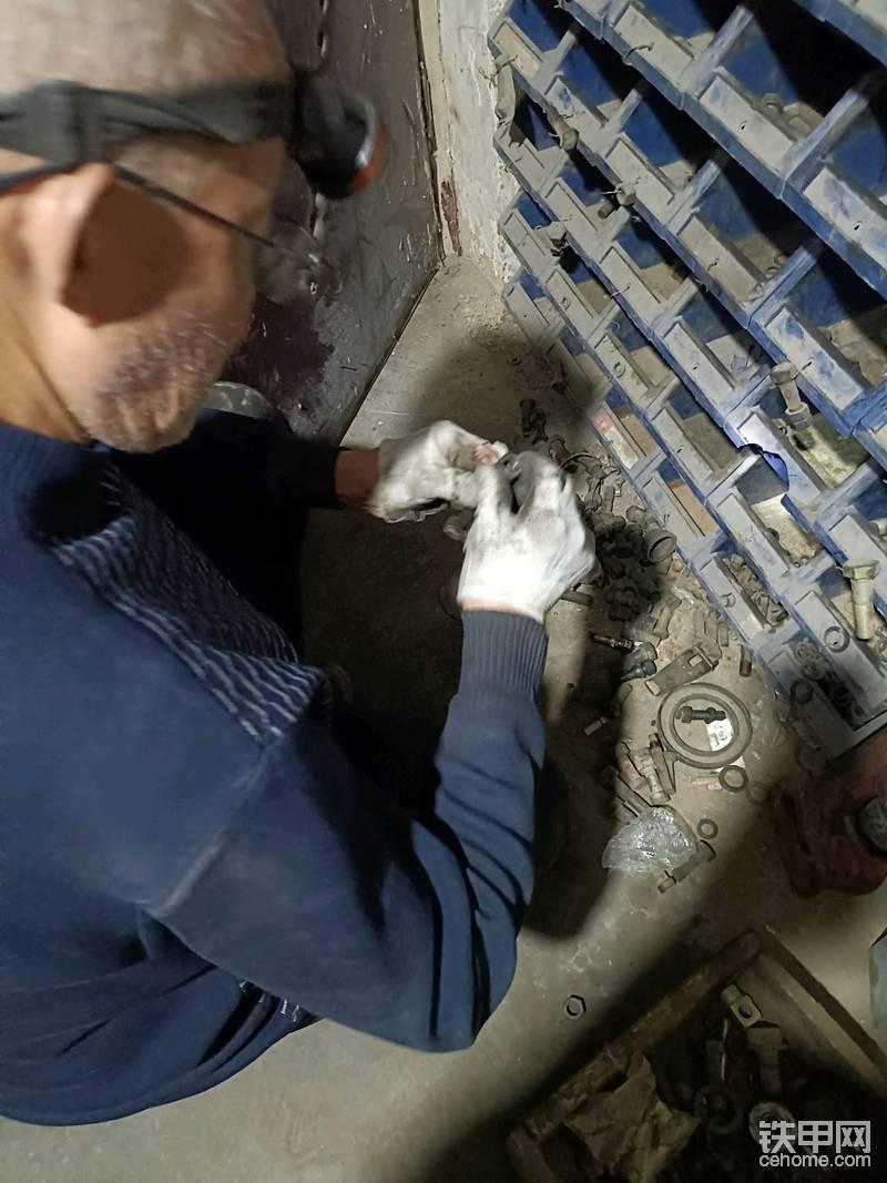配一个合适的螺丝盖,用电焊焊住