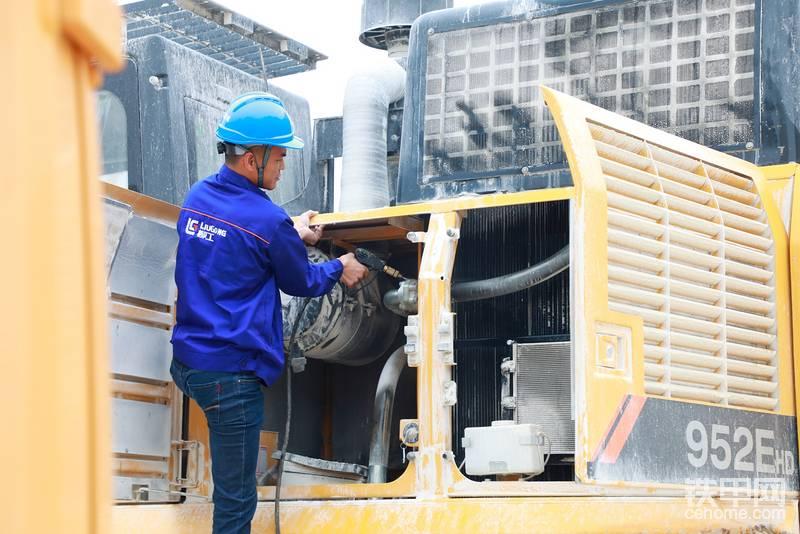 第二站柳州客户走访现场 服务工程师忙碌的身影