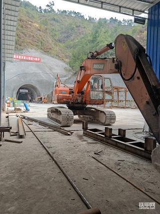 隧道扛把子小松215-10mo挖机2700小时使用报告