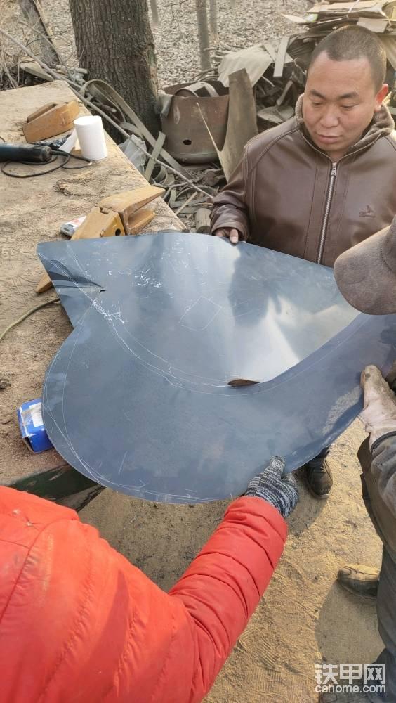 再次将画好的形状剪开 ,因为是新挖斗侧板的话没有太多的磨损,可以继续加装 ,我是就挖的,我的话可以选择将一整块儿的侧板都换掉 。
