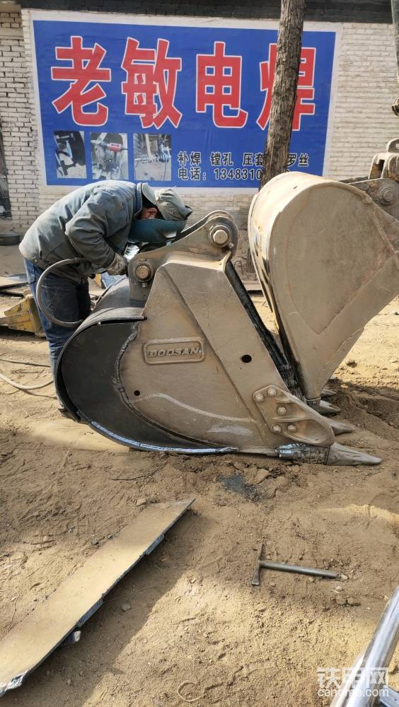 铁板有点厚,属实形状这块儿不太好控制。所以必须要用两个挖机来压着才能焊接