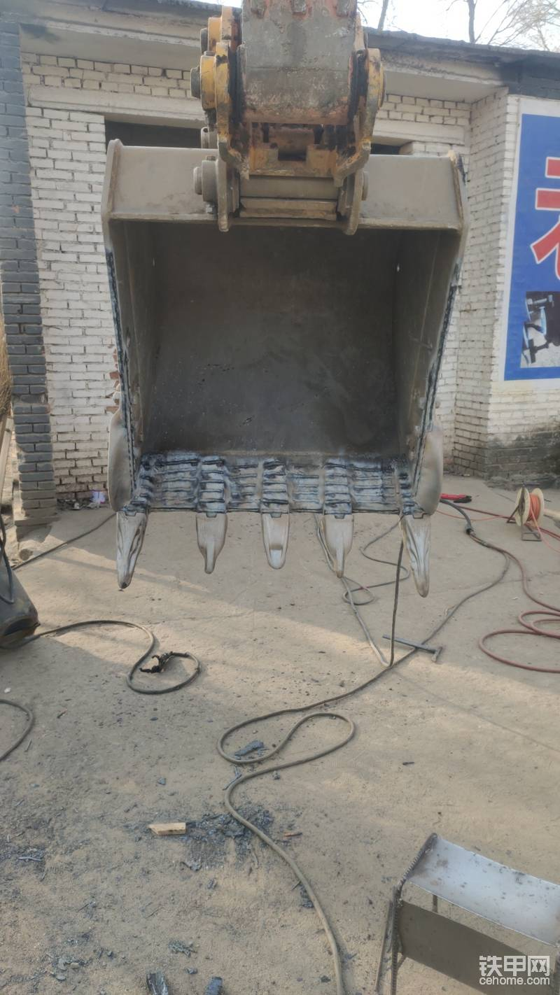 斗齿固定焊好之后 ,又选择了加焊耐磨焊条 ,可能有些兄弟会选择敷一层钢板 来给挖斗铲板增加耐磨耐用性,但是我认为加焊钢板或者其他东西的话 铲板厚度增加反而会让挖机在挖料过程中更吃力 费油,所以我选择增加耐磨焊条,这样耐磨性也增加了,也不会给挖机带来更多的负荷。