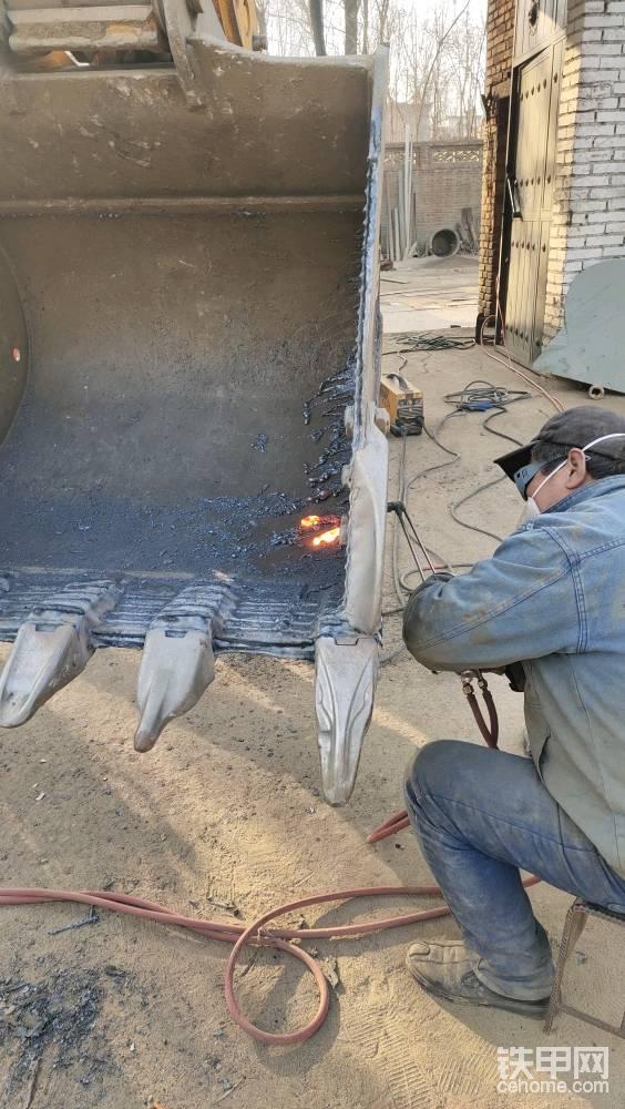 焊工师傅开干 ,不可直视的场面 ,崭新崭新的挖斗。直接就给分离了
