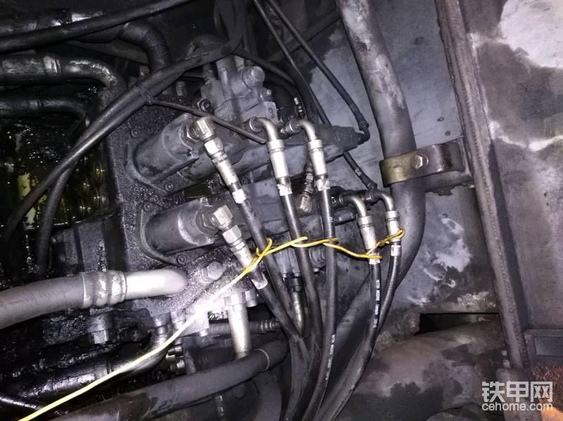 接着拆下阀盖,想抽出阀杆看看它的动作机理(指的是回转制动解除油是怎么过去的。)因为这款车没有信号箱,所以必定有它的特殊之处。