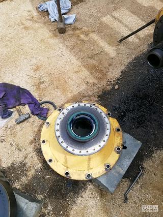 柳工,855n装载机前轮更换边减油封