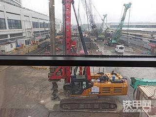 浦东机场里的建设队伍,下雨也不忘检修设备.