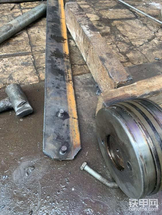 螺丝的前端用车床加工成了和活塞上面的拆卸孔一样大,螺丝和钢板连接部分是有丝的,而且比前端大,这样更受力。