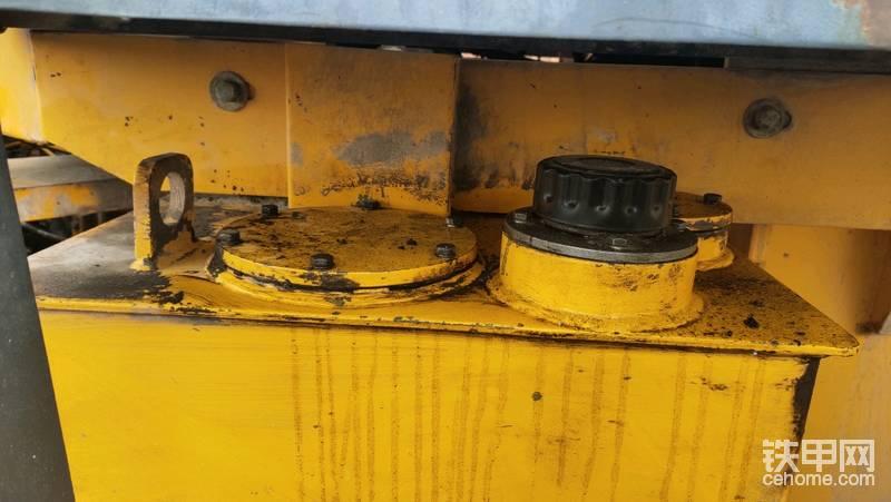 油箱盖旁边那个盖板下面装的就是液压油回油滤芯