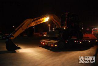 冷雨夜 迎小妾---现代R150W-9挖掘机接车现场