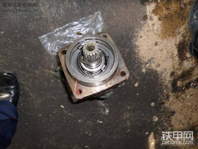 三一YZ18C振动压路机振动马达维修