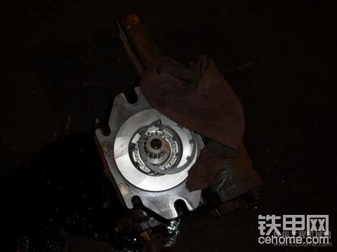 车间内维修中的三一YZ18C振动压路机和卡特PM200铣刨机